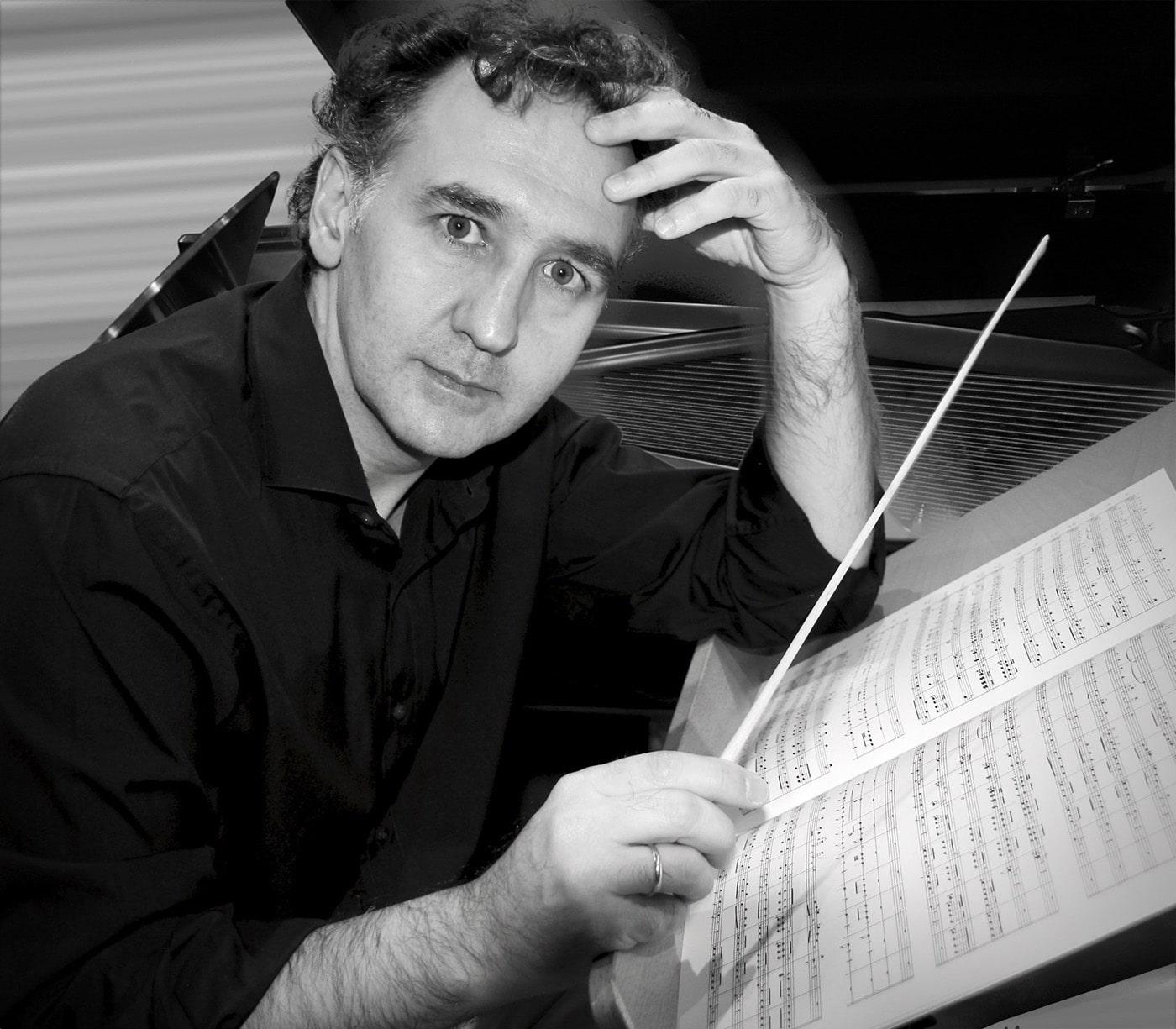 Director de orquesta estudiando el guión sobre el atril